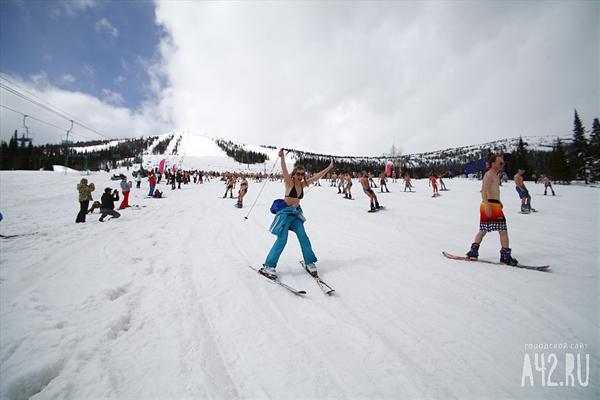 Рекорд по горнолыжному бикини спуску был поставлен в канаде